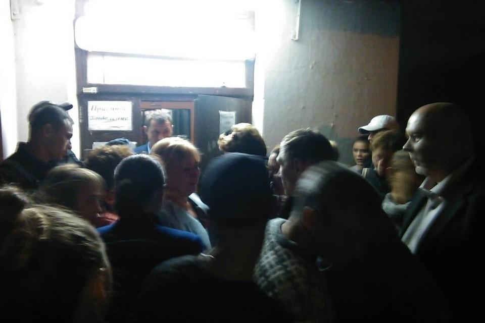 Возле приемного покоя керченской горбольницы столпились родные студентов