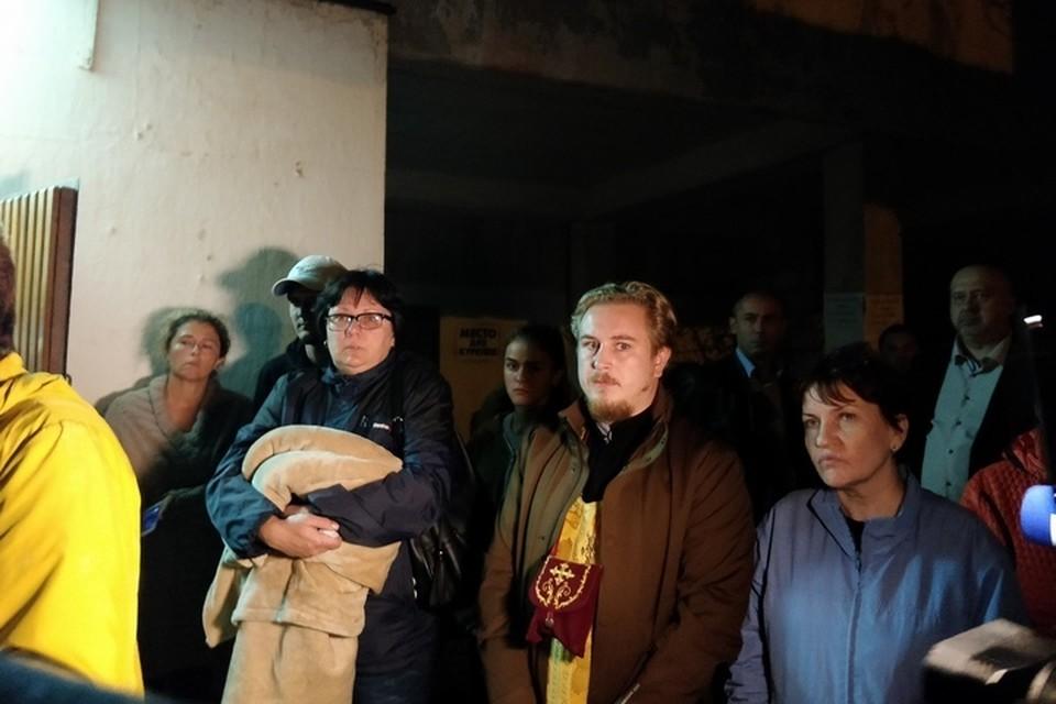Около 50 человек собрались у морга.