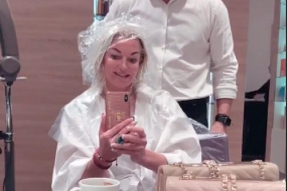 Анастасия в салоне красоты рассталась с длинными локонами. Фото: соцсети.