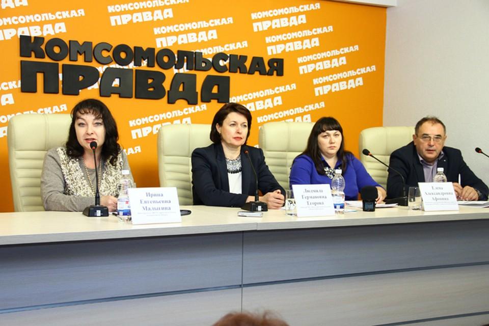 В пресс-центре «Комсомольской правды» в Нижнем Новгороде» слева направо: Ирина Малыгина, Людмила Егорова, Елена Афонина, Юрий Комиссаров.