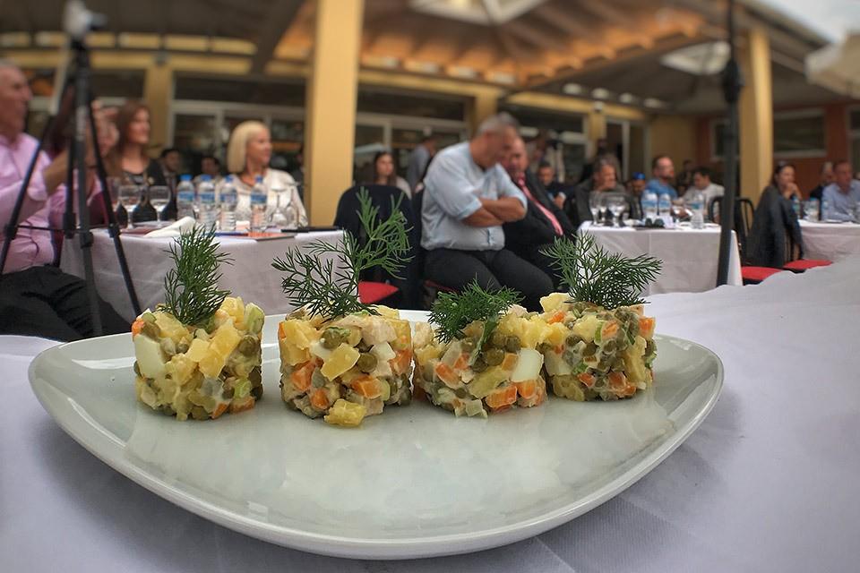 Оливье-по гречески на фоне гостей Кулинарного саммита.