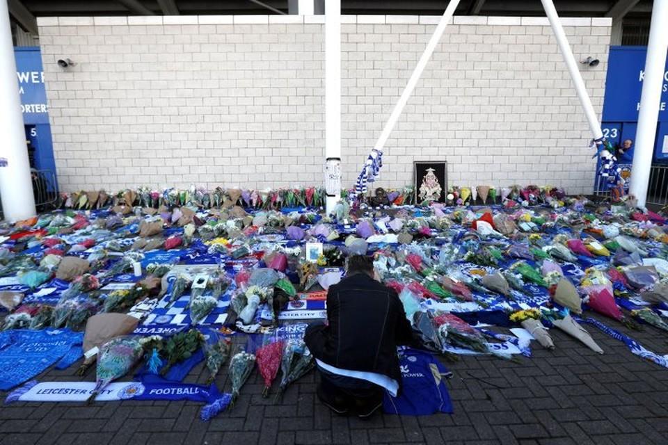 Футбольные болельщики несут цветы на место крушения вертолета владельца «Лестера»