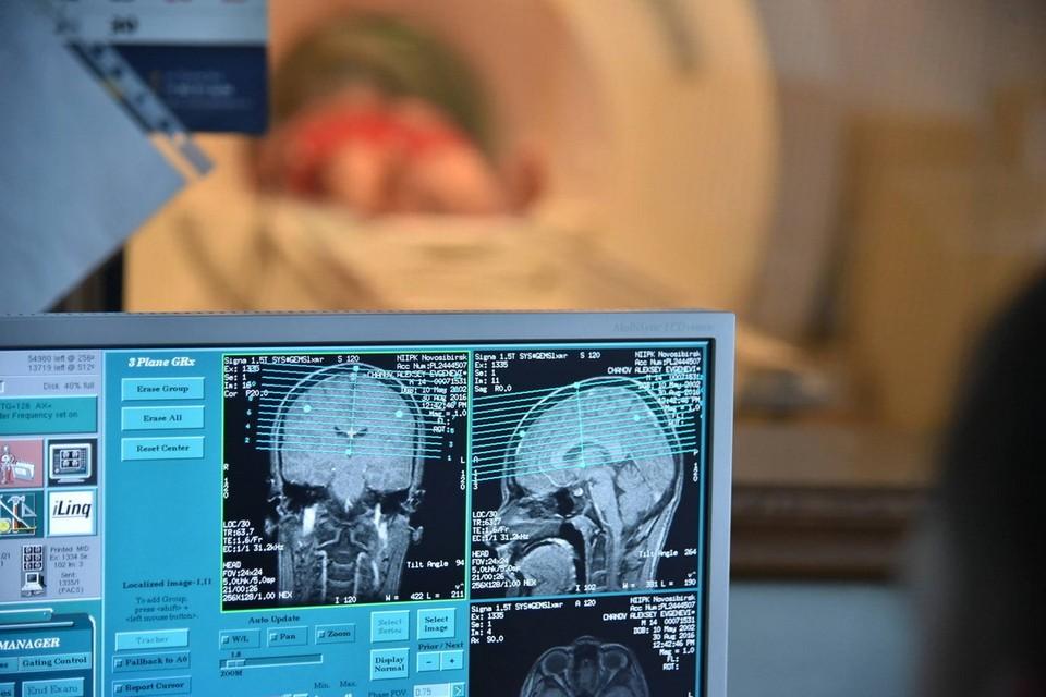Человеку с инсультом нужно как можно скорее попасть в руки к медикам, но ни в коем случае его нельзя транспортировать самостоятельно.