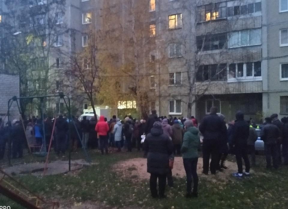 Во дворе собралась огромная толпа железногорцев
