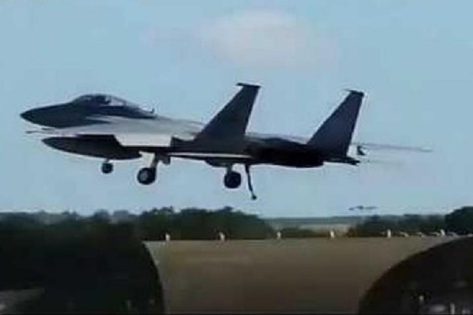 Жесткая посадка американского истребителя попала на видео. ФОТО: стоп-кадр с видео