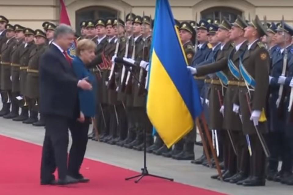 Канцлер Германии Ангела Меркель по-украински поприветствовала караул в Киеве
