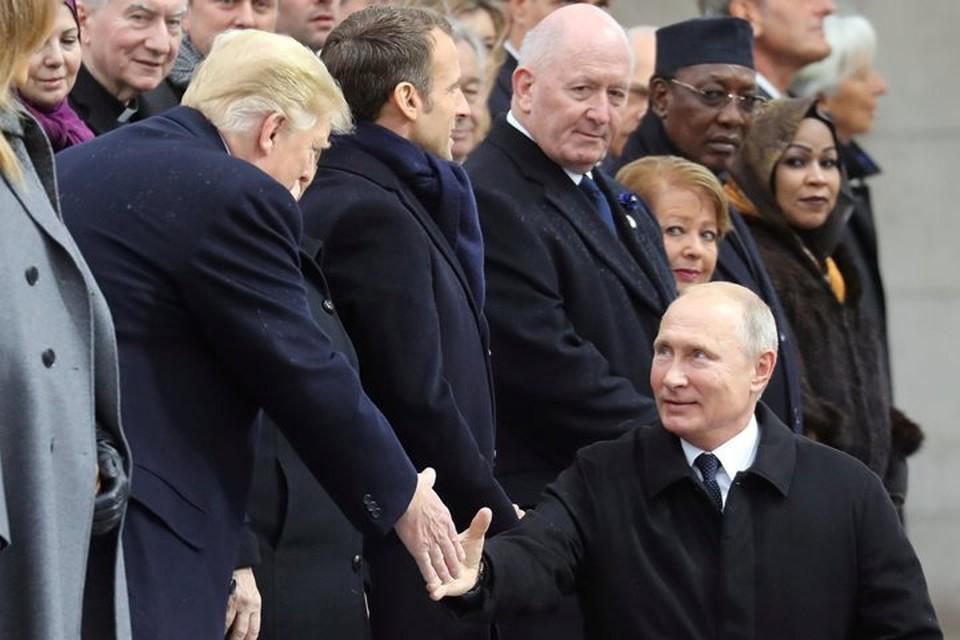 Президент РФ Владимир Путин и американский лидер Дональд Трамп обменялись рукопожатиями
