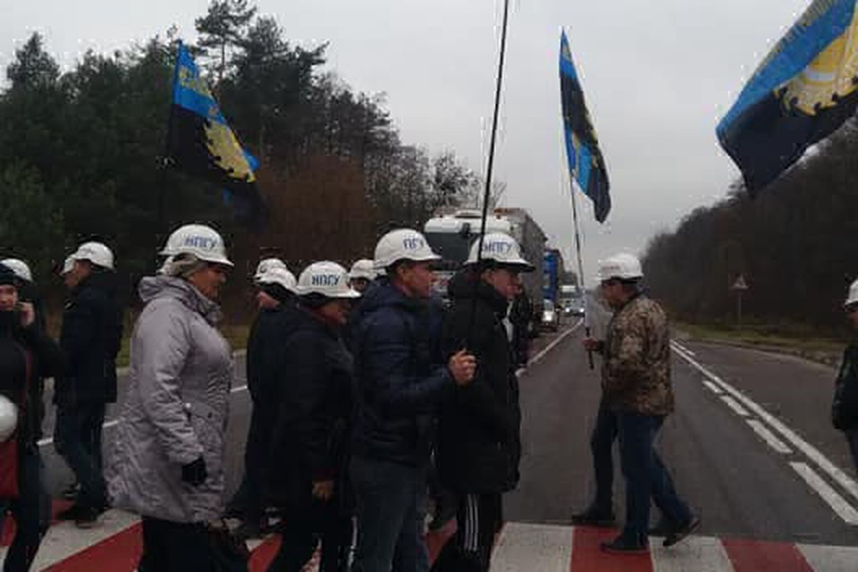 Шахтеры перекрыли трассу, ведущую к польской границе Фото: Facebook Михаил Волынец