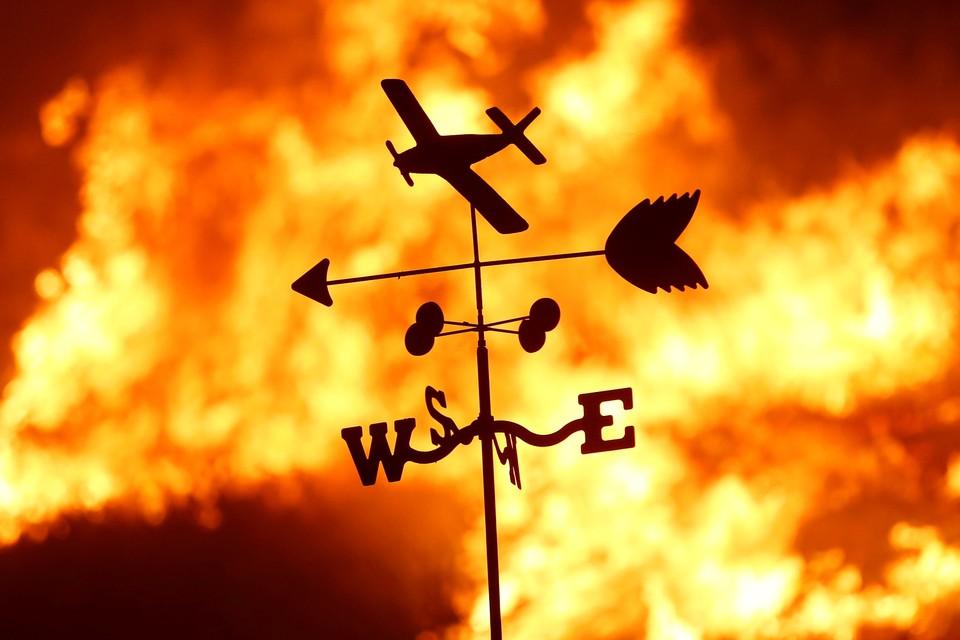Огонь продолжает уничтожить постройки и лесные массивы