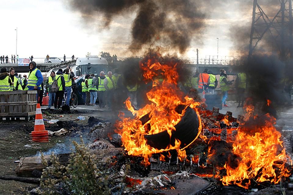 На фоне состоявшихся протестов рейтинги президента Макрона продолжают падать