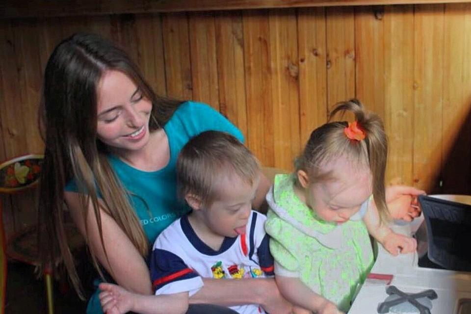 Волонтер движения Даниловцы Ирина Карягина навещает детей, которым очень нужна вера в чудо