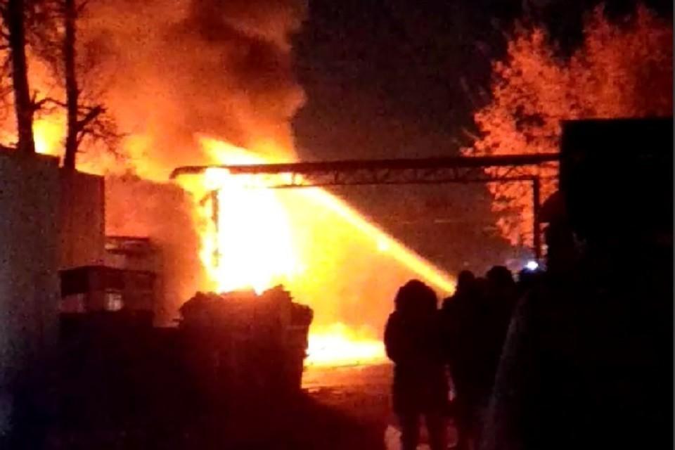 Два человека погибли при возгорании на складе Фото: кадр из видео