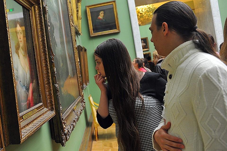 Посетителей Третьяковской галереи, которые ждут очереди на морозе, напоят горячим чаем