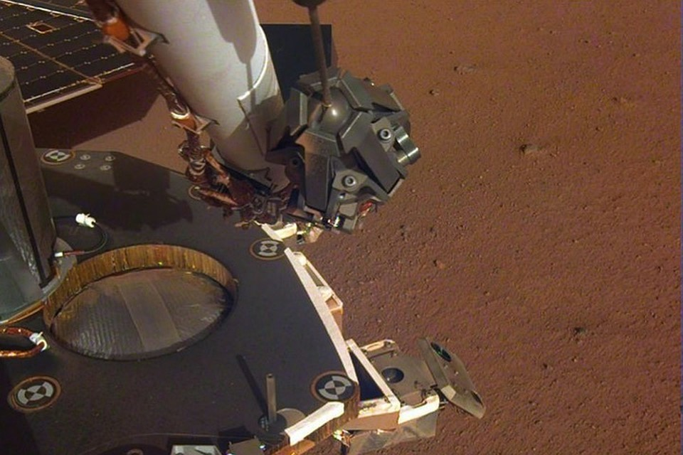 Марсианский зонд InSight протянул к Марсу свою руку