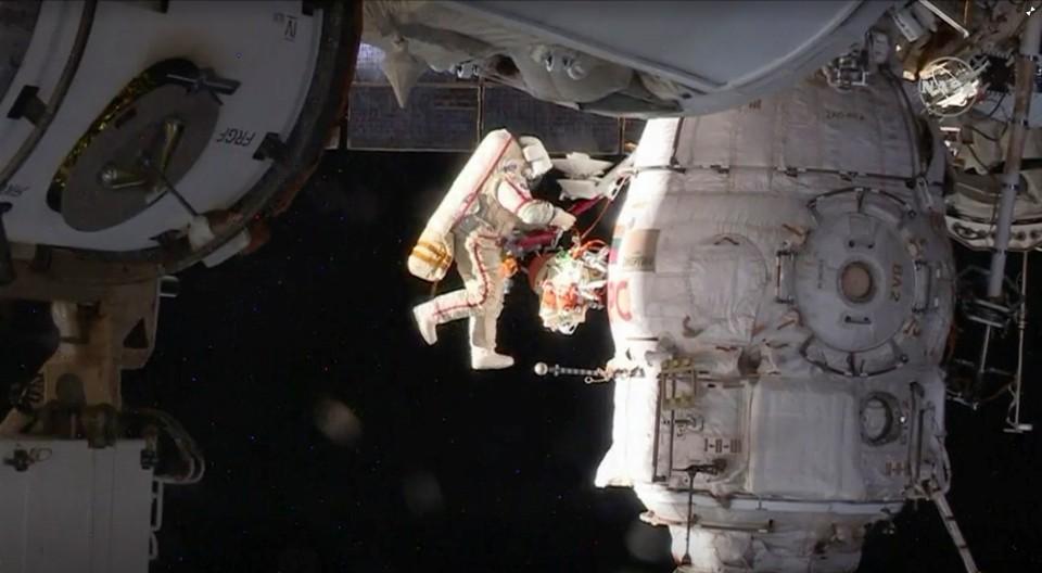 """Российские космонавты провели осмотр обшивки корабля """"Союз"""" в открытом космосе"""