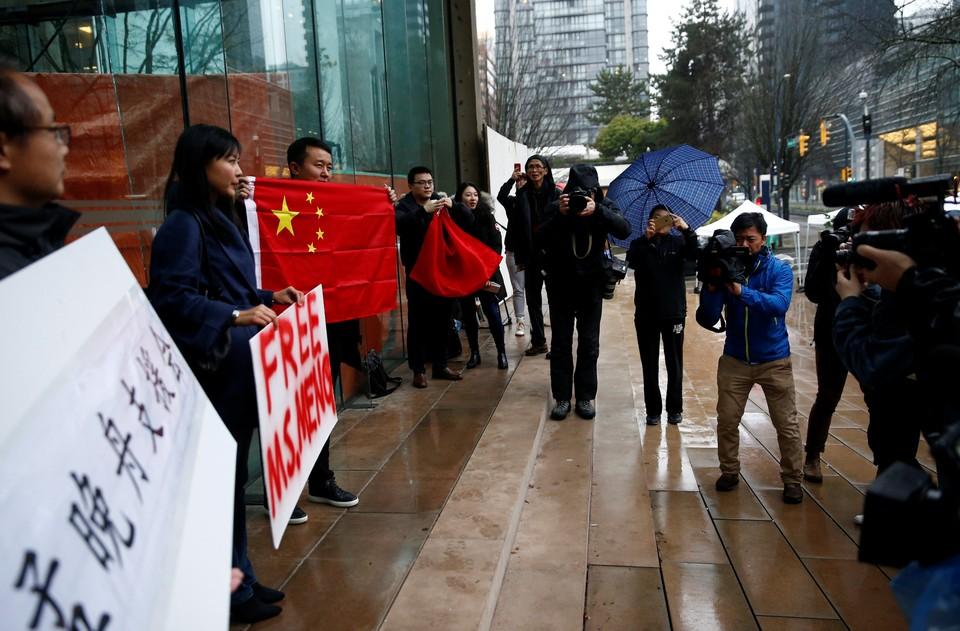 Сторонники финансового директора компании Huawei Мэн Ваньчжоу проводят пикеты поддержки у Верховного суда провинции Британская Колумбия в Канаде