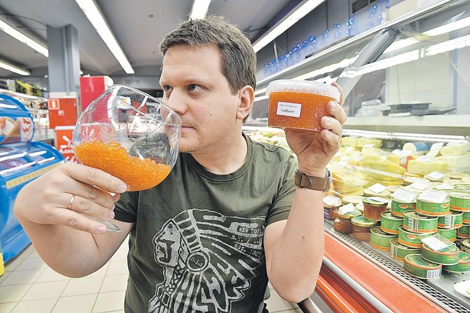 Дописав статью, Олег Адамович купил себе икры, а потом на радостях за ужином съел восемь бутербродов. Проснулся он с чувством переедания. Мораль: даже лучший деликатес надо есть в меру.