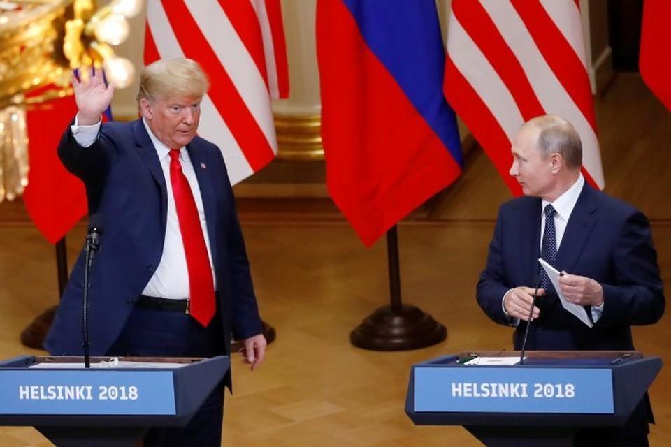 Президент РФ Владимир Путин (справа) и американский лидер Дональд Трамп во время встречи в Хельсинки