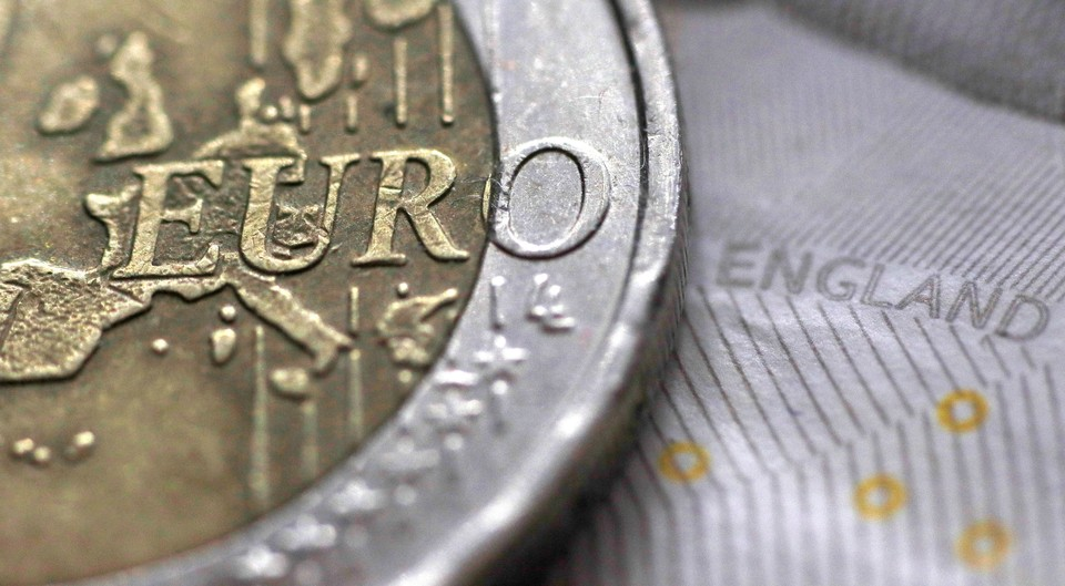 Официальный курс евро на 15 декабря снизился до 75,39 рубля