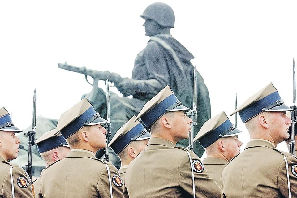 Боевое братство стран Варшавского блока было для Запада костью в горле (на фото - церемониальный караул польских солдат на кладбище советских воинов-освободителей).