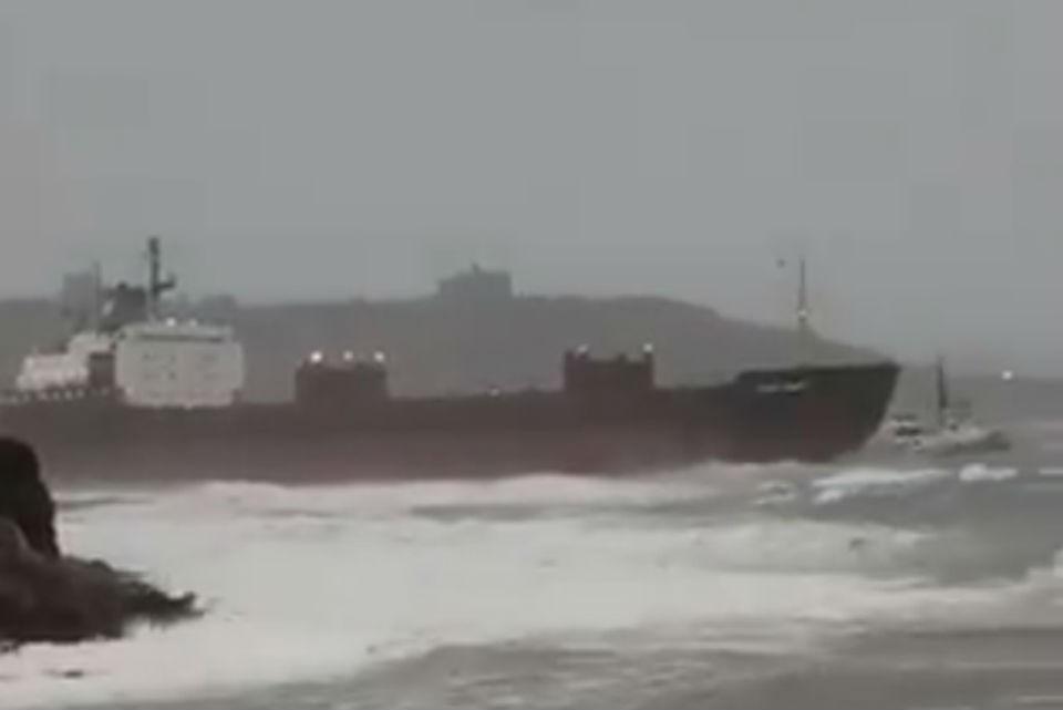 У британских берегов ждут прилива, чтобы снять мурманское судно с мели. Фото: twitter.com/1stdefence