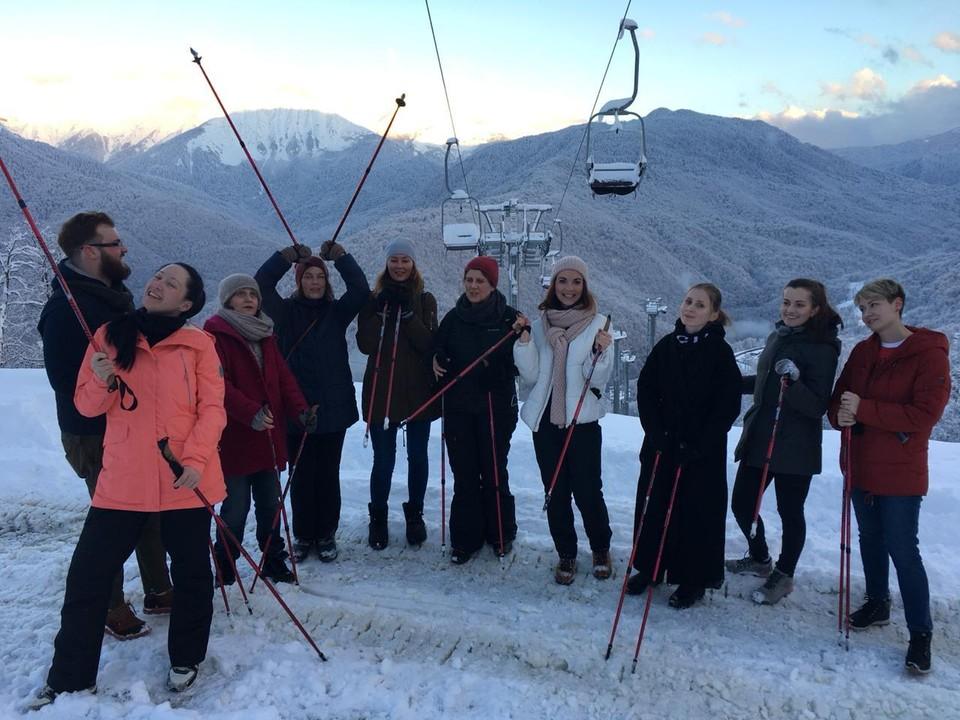 Ежедневно десятки туристов выходят в горы поупражняться в скандинавской ходьбе.