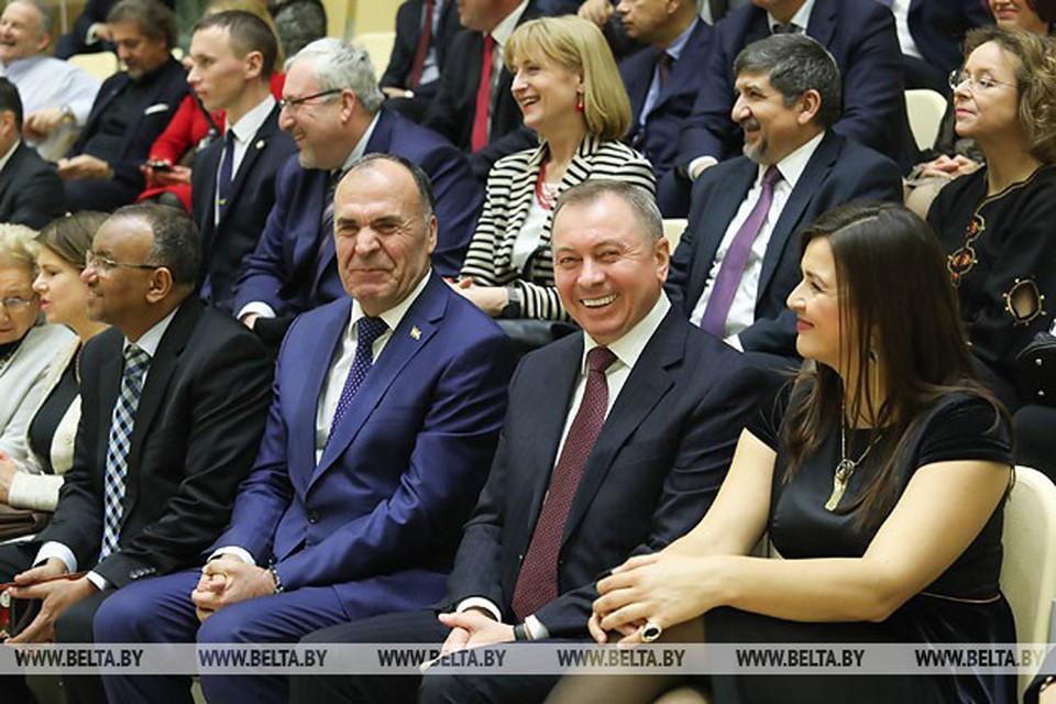 Глава МИД вместе с супругой встретился с дипломатами.