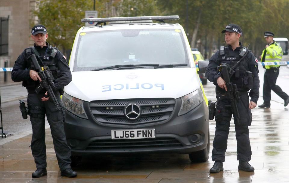 Полиция Великобритании через несколько часов арестовала водителя, врезавшегося в группу молодых людей