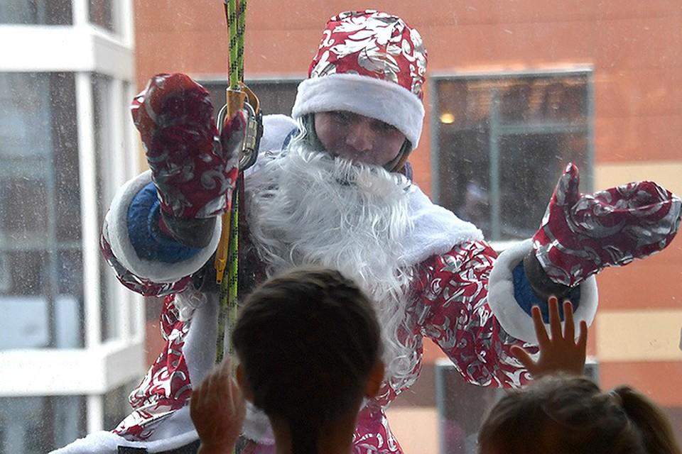 Детишки такого точно не ожидали, что в окошко заглянет Дед Мороз и подарит вкусные подарки