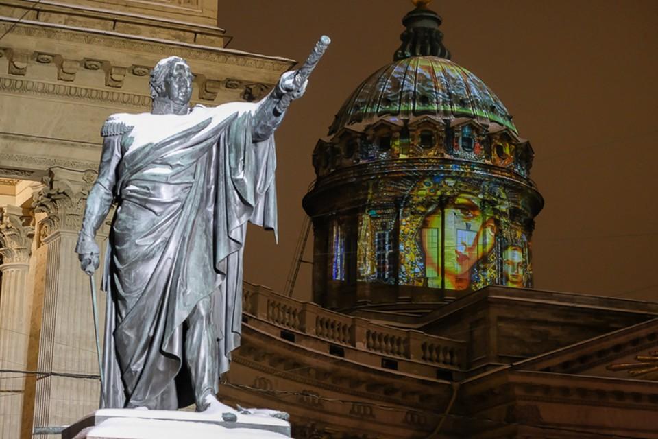 Световая проекция Казанской иконы Божье Матери появилась на куполе Казанского собора в Петербурге