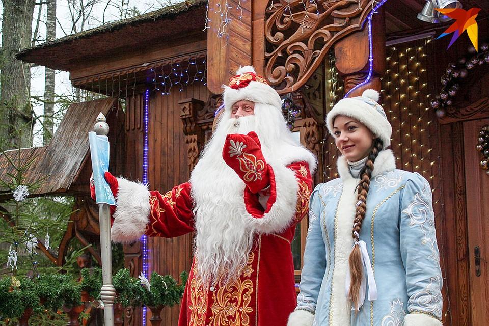 Дед Мороз каждый день встречает сотни туристов.