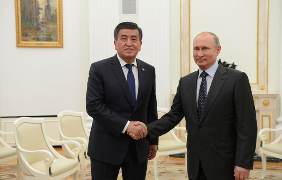 Президент России поздравил Сооронбая Жээнбекова и кыргызстанцев с наступающим Новым годом.