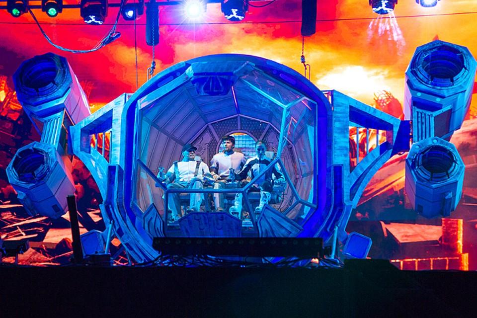 В шоу задействованы авторские декорации и костюмы, уникальные огромные роботы, космические станции и корабли