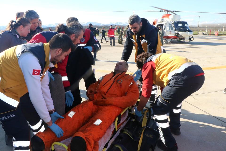 Эвакуация моряков с затонувшего судна силами турецкой береговой службы.