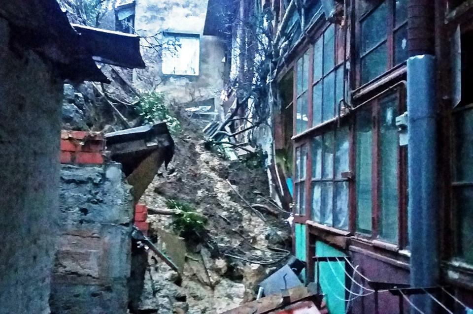 Стена рухнула прямо на дом. Фото: МЧС РК