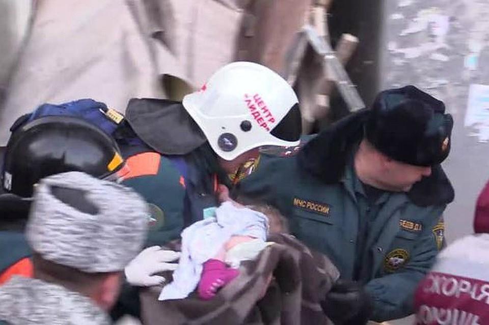Момент спасения малыша Вани Фокина. Фото МЧС