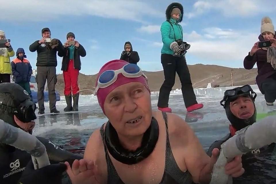 Жительница Новосибирска в 77 лет проплыла подо льдом на Байкале. Стоп-кадр с видео Виталий Панасюк.