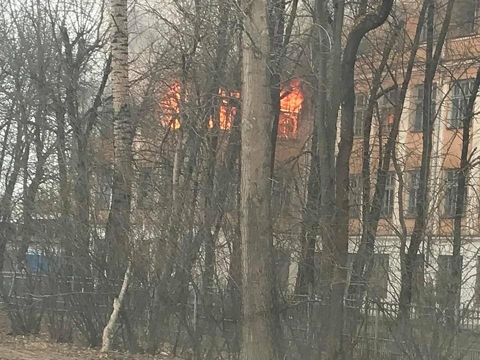 Заброшенную школу периодически пытаются сжечь Фото: Артур Сычёв