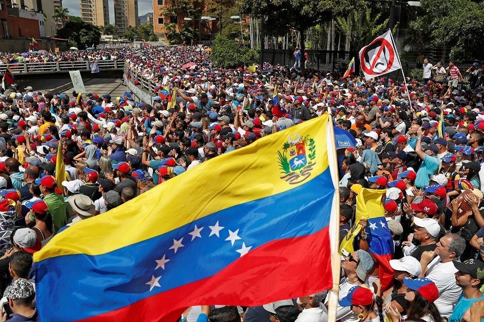 Лидер оппозиции Венесуэлы провозгласил себя президентом, но Николас Мадуро не намерен сдаваться