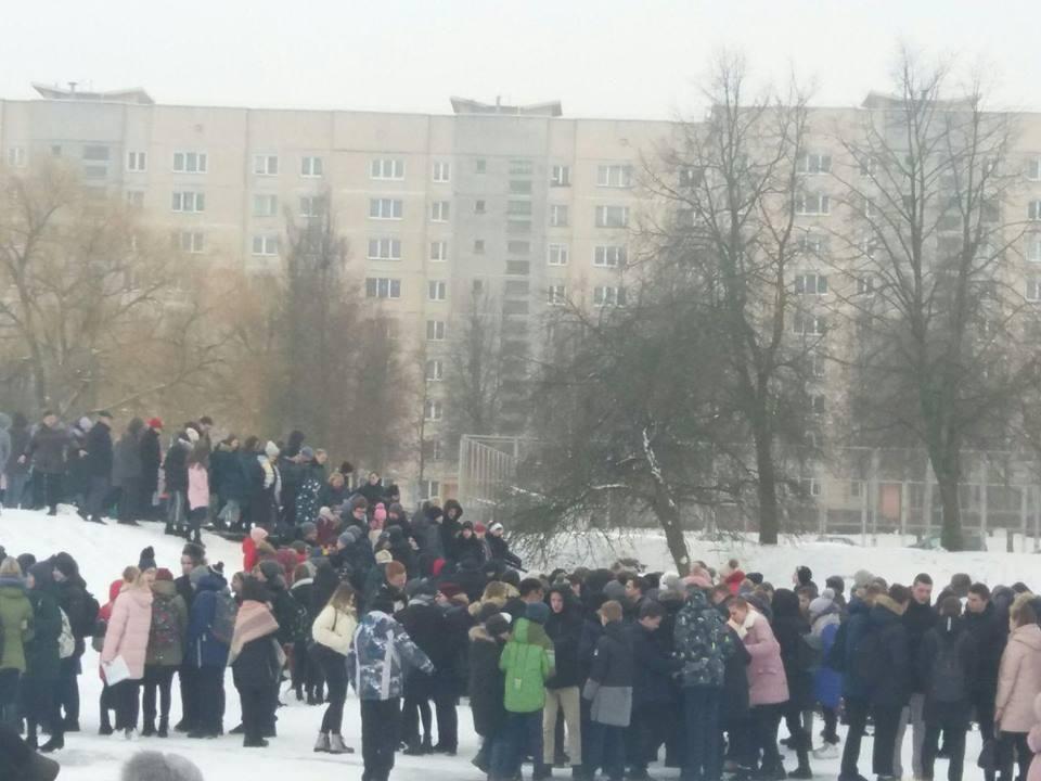 Учащихся и преподавателей пришлось эвакуировать из-за сообщения о минировании Фото:t.me/nexta_tv/406
