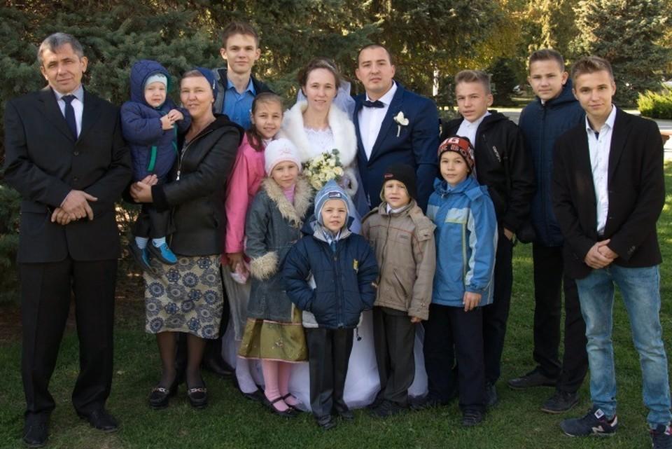 Марина с мужем (слева) на свадьбе дочери.