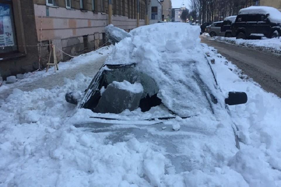 В центре Петербурге коммунальщики разбили машину, чистят крышу