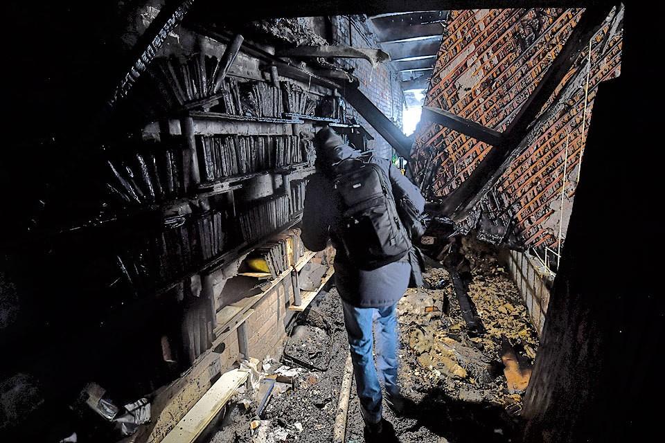 Журналисты в обгоревших квартирах дома на Никитском бульваре.