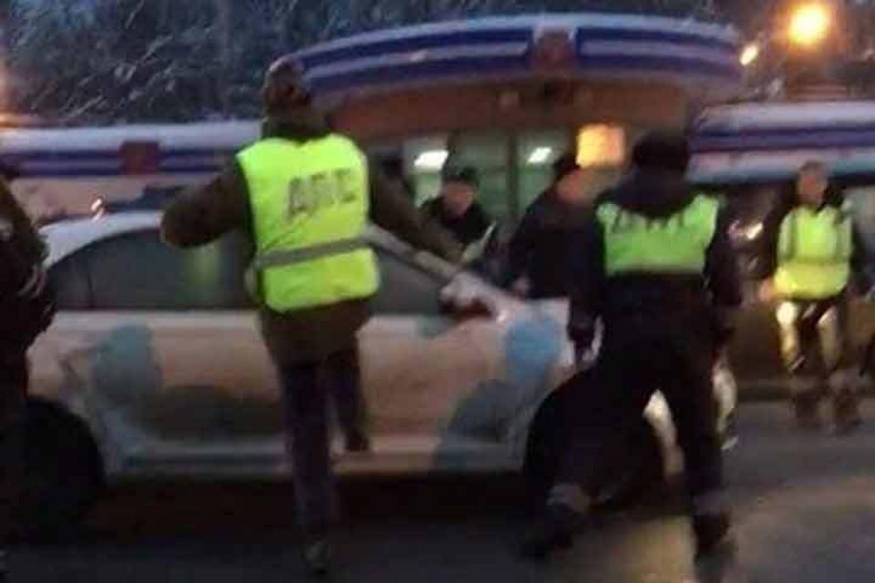 Полицейские пытались открыть дверь машины, но тщетно
