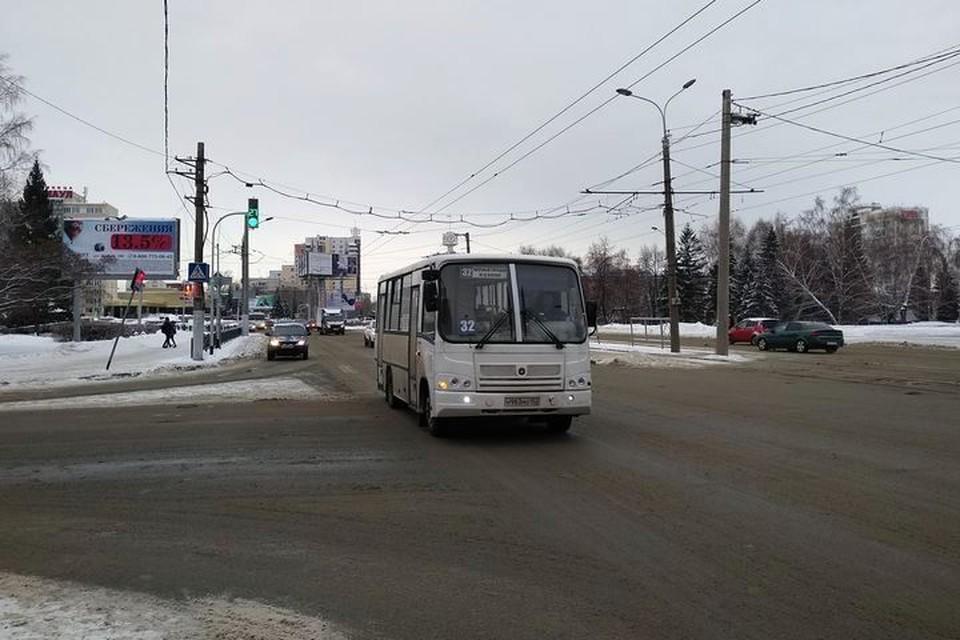 Автобус №32 проехал мимо девочки, несмотря на то, что она махала рукой.