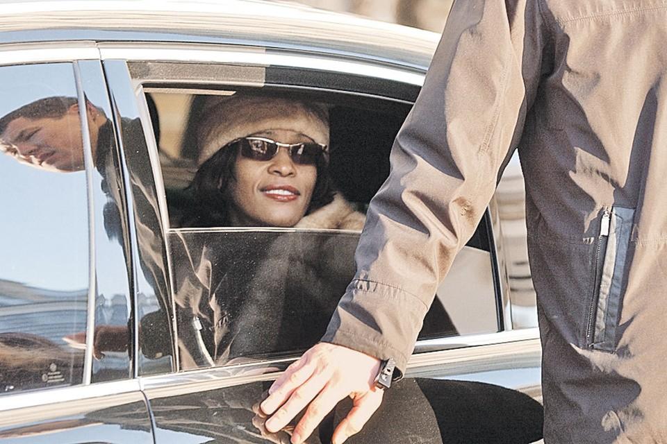 Певице Уитни Хьюстон так понравилось в надежных руках телохранителей, что она разрыдалась в машине по пути в аэропорт - ей хотелось остаться. Фото: Охранное предприятие «Карат-Ц»