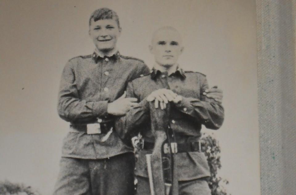 За полгода до дембеля, когда солдат переходит в категорию «стариков», по традиции бреют головы, считалось, что волосы росли гуще.