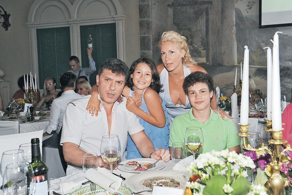 Это лишь одна из незарегистрированных семей Бориса Немцова - Екатерина Одинцова, сын Антон и дочь Дина.