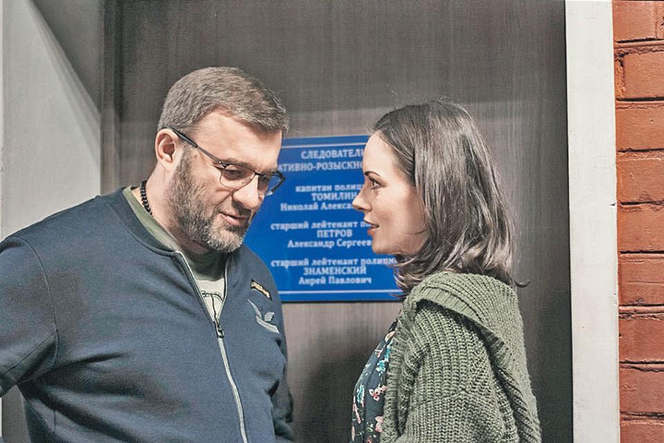Опер Потапов (Михаил Пореченков) постоянно работает с напарницей-гадалкой (Екатерина Олькина) и начинает ей симпатизировать. Фото: Ксения ХОВАЛЬТ