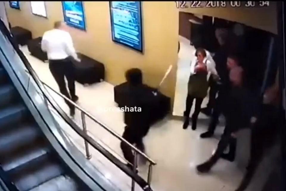 """Мужчины, которые перепугали посетителей """"Мяты"""" и избили охранников, посчитали, что не так уж опасны. Фото: скриншот видео"""
